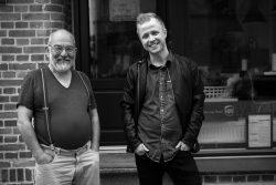 Jan Priiskorn Schmidt og journalist Klaus Thodsen, Foto: Frej Rosenstjerne., Barnestjernen fra Bryggen, udgivelsesdato: 27. september 2017.