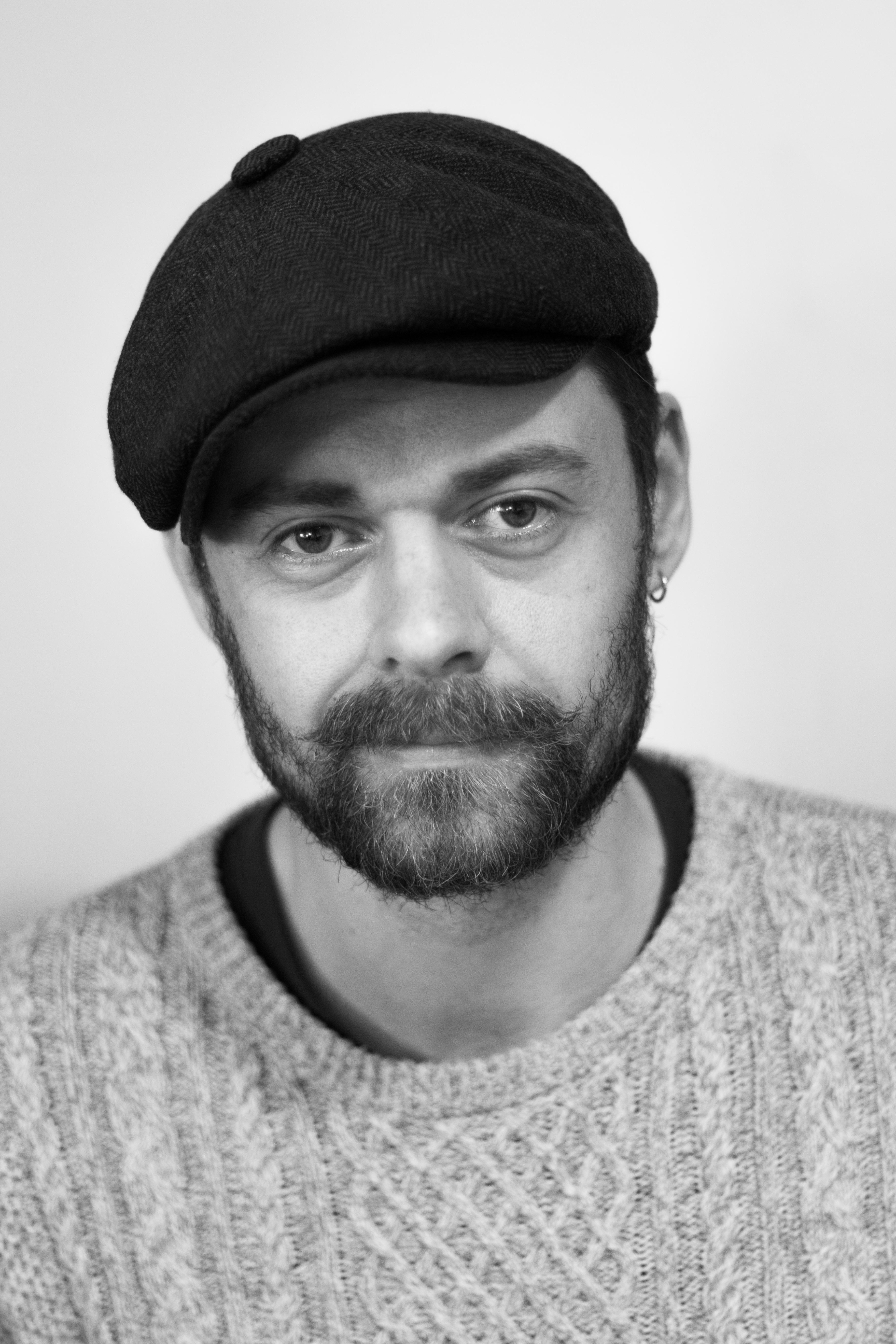 Forfatter og illustrator Arko Højholt, der debuterer for børn med Ritas soveben. Pressefoto.