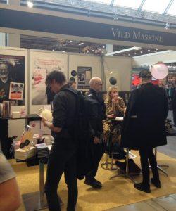 VIld Maskines stand på Bogforum i 2017. Her ses Marie Louise Tüxen, der signerede sin debutroman, Jeg ser mig selv som rytmisk, umiddelbart efter hun var blevet interviewet af Hella Joof på BellaScenen.