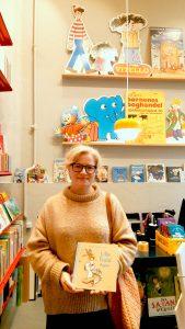 Kirstine Lyngklip Svansø holder Lille Trold bager i hænderne i Børnenes Boghandel Arnold Busck. Bogen kan findes til kun 99,95 kr. i alle landets Arnold Busck-butikker.