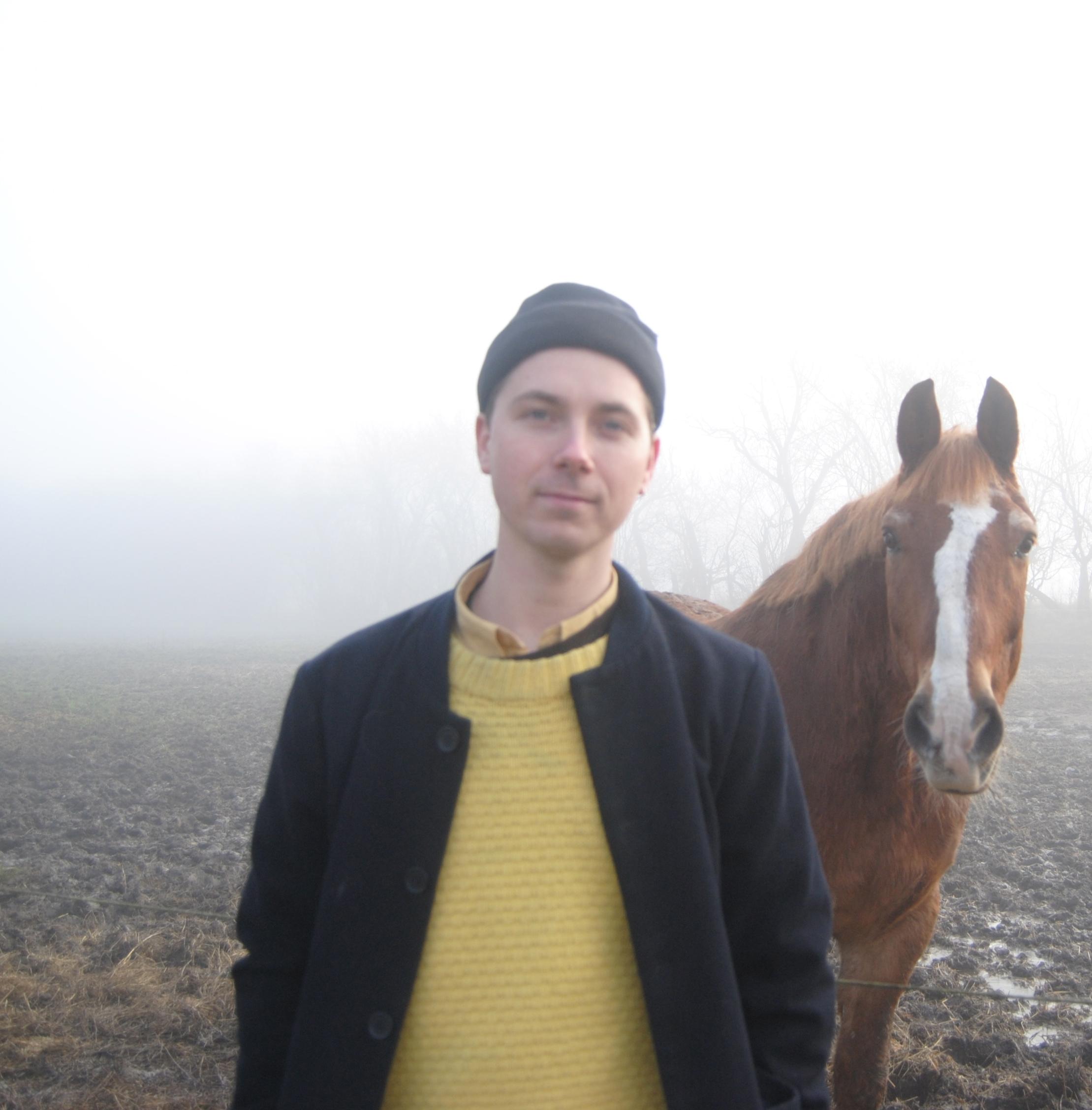 Selvportræt af Kasper Ralsted Jensen, forfatter til Vil Gud slå min sjæl ud i vandet som et æg, taget i barndommens land ved Sorø.
